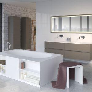 Wannę BURGOS wyposażono w praktyczną zabudowę, która oferuje półki do przechowywania akcesoriów łazienkowych i ręczników. Fot. Riho