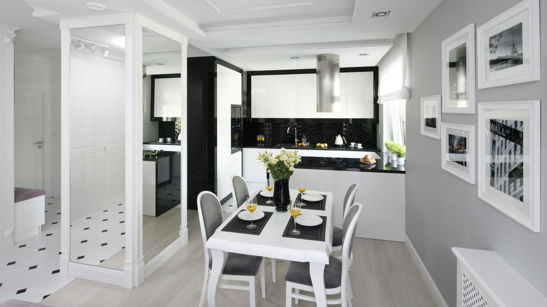 Po wyburzeniu ścian działowych przestrzeń została otwarta, a kuchnia połączona z jadalnią i salonem. Wszystkie pomieszczenia łączy spójna stylistyka oraz paleta kolorów. Projekt: Katarzyna Mikulska-Sękalska. Fot. Bartosz Jarosz