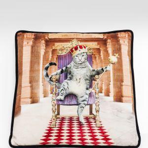 Poduszka PEBBLE CIELO z serii ozdobionej wizerunkami kotów w majestatycznych pozach. Fot. Kare Design / 9design.pl
