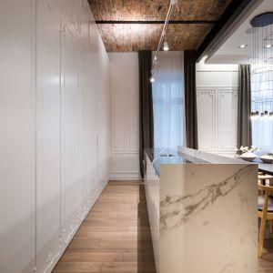 Kuchnia jest miejscem ukrytym, które ożywa jedynie w momencie gotowania. Fot. Hamish Cox