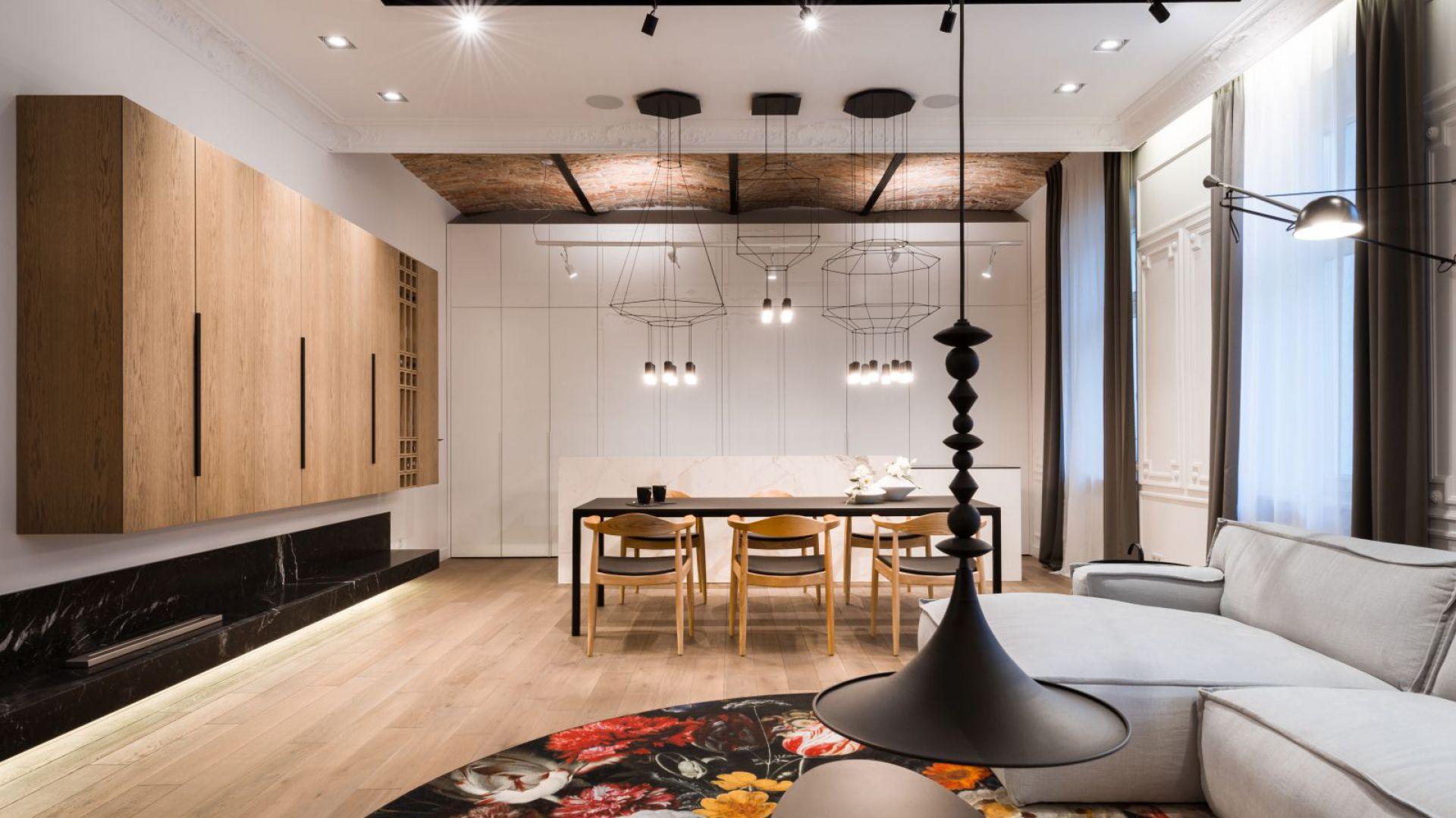 Geometryczne, ażurowe kształty czarnych lamp Wireflow nad stołem w jadalni przyciągają wzrok nawet w dzień, dodając charakteru całemu pomieszczeniu.Fot. Hamish Cox