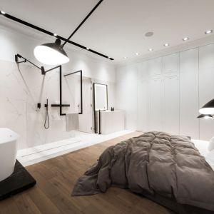 Sypialnię połączono odważnie z salonem kąpielowym. Fot. Hamish Cox