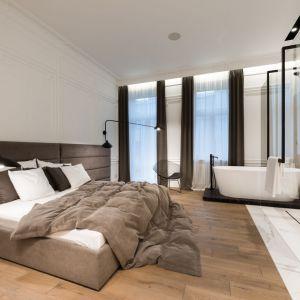 Ściany i podłogę w tej części pomieszczenia pokryte są białym spiekiem kwarcowym. Fot. Hamish Cox