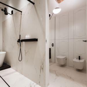 Umieszczenie strefy kąpielowej w sypialni było dość odważnym i kontrowersyjnym posunięciem. Projektantka pomyślała jednak o łazience dla gości z prysznicem, tuż obok salonu. Fot. Hamish Cox