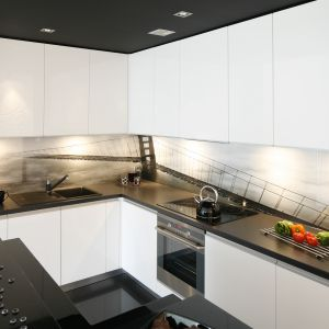 Szkło nad blatem w kuchni. Projekt: Joanna Ochota. Fot. Bartosz Jarosz