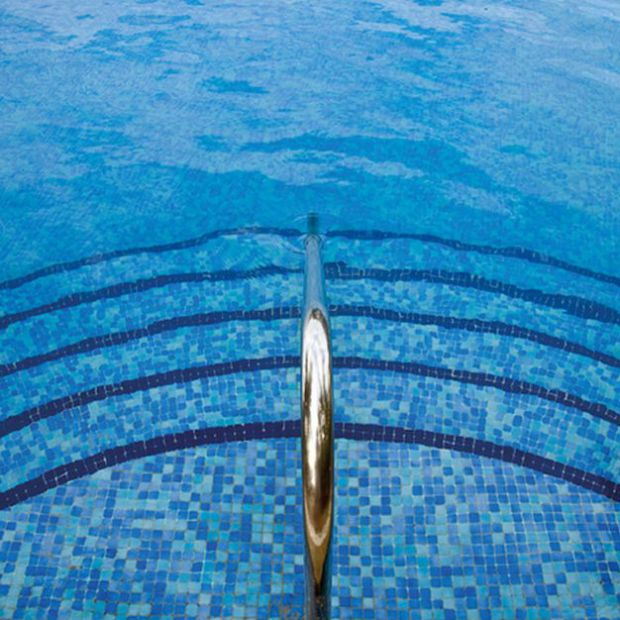 Lato w ogrodzie: piękne mozaiki basenowe