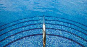 Mozaiki szklane, kamienne, ceramiczne, a nawet lustrzane i metalowe idealnie nadaje się jako materiał wykończeniowy basenów.
