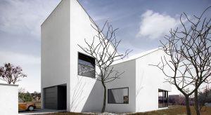 Głównym założeniem projektu było stworzenie ekonomicznego zarówno w budowie, jak i późniejszym użytkowaniu domu zaspokajającego potrzeby 4-osobowej rodziny. W efekcie powstał niezwykły budynek o nowoczesnej bryle.