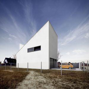 Nowoczesny dom ma służyć 4-osobowej rodzinie, jego wnętrza rozplanowano funkcjonalnie i tak, by zapewnić wszystkim odpowiednią ilość miejsca do pracy i wypoczynku. Fot. Kluj Architekci