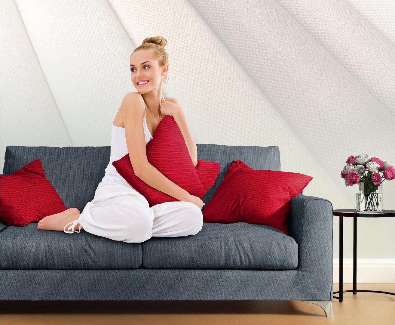 Czerwień tworzy wprost idealny duet z szarością. Na zdjęciu: tkanina obiciowa Angel. Fot. Top Textil