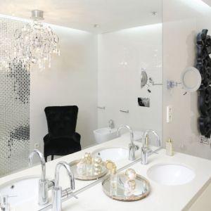 Łazienka jest urządzona w stylu glamour, z okrągłymi umywalkami wpuszczonymi w blat. Projekt: Katarzyna Uszok. Fot. Bartosz Jarosz