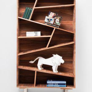 Pomysłowe, zakrzywione półki czynią drewniany regał VALENCIA niezwykle oryginalnym. Fot. Kare Design