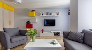 W efekcie wykorzystania wysokiej jakości materiałów oraz nietuzinkowych rozwiązań technicznych powstały jasne, pełne energii i pasji pomieszczenia. Pomimo niewielkiej powierzchni mieszkania odnajdujemy w nim komfort funkcjonowania nie rezygnując z