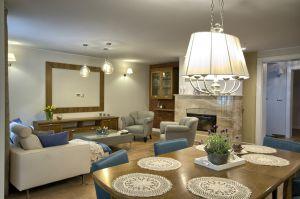 Aranżacja willi w Chodzieży o pow.240m2. Eleganckie ,klasyczne wnętrze w jasnych kolorach przełamane dodatkami w niebieskim kolorze . W projekcie wykorzystano ręcznie malowaną mozaikę oraz rzeźbione drzwi .Projekt,aranżacja i nadzór EWEM Edyta Wełnicka Piła