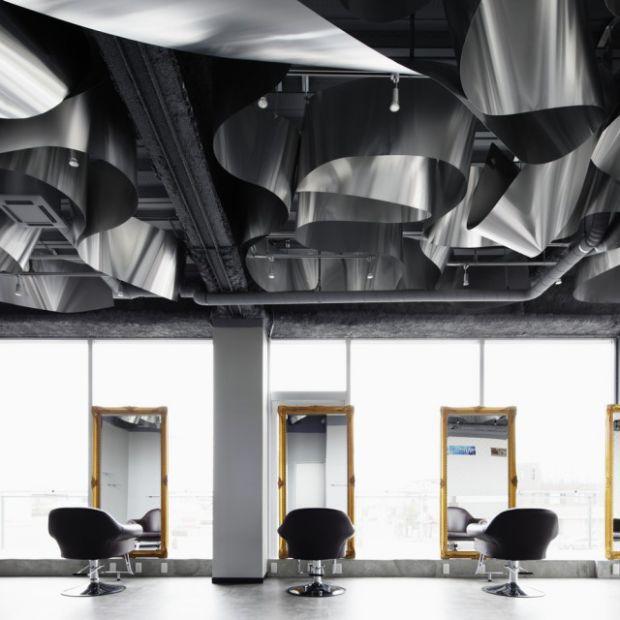 Salon fryzjerski z designerskim sufitem