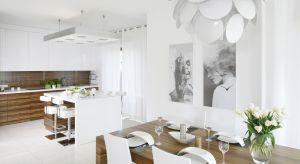 Kuchnia urządzona w jasnych kolorach, dobrze rozplanowana i oświetlona to miejsce, w którym nie tylko przyjemnie się gotuje, ale także spędza czas z rodziną.