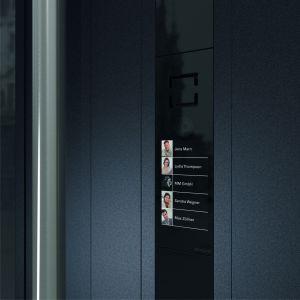 Drzwi z pionowym, podświetlanym elementem doskonale harmonizują zwłaszcza z elewacjami o prostym, geometrycznym charakterze. Fot. Schüco