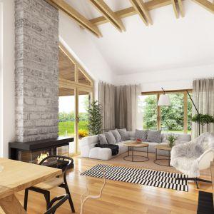 Zaprojektowane duże okna w pokoju dziennym pozwolą na odpoczynek ciesząc się widokiem zmieniającego się wraz z porami roku ogrodu. Projekt Hawana. Fot. Dobre Domy