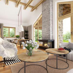 Dekoracją sama w sobie jest częściowo odsłonięta więźba dachowa. Drewniane nowoczesne meble, jak również biało czarne tkaniny dodatków dopełniają całości.Projekt Hawana. Fot. Dobre Domy