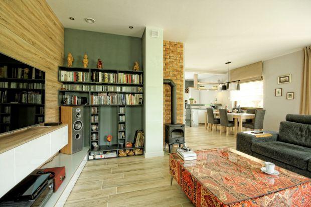 Przytulny dom: drewno i marokańskie wzory
