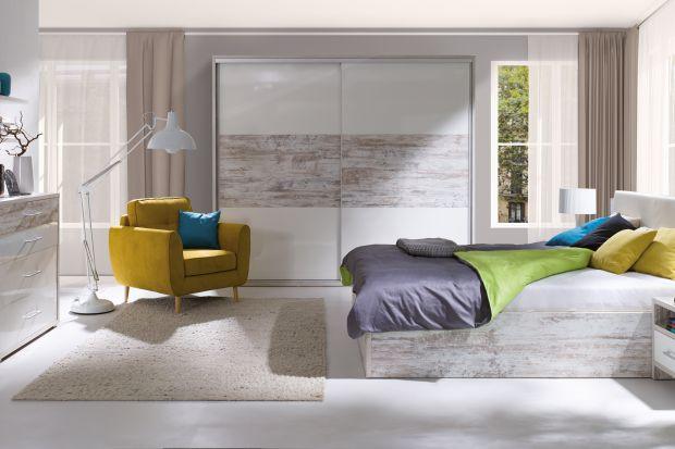 Modna sypialnia - na topie drewno, złoto i nadruki