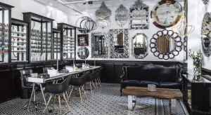 Ściany pokryte lustrami w zdobionych ramach, połączenie nowoczesnych i klasycznych, buduarowych mebli oraz przyciągająca wzrok mozaika pod stopami. Odwiedzając ten salon urody trafia się do miejsca, w którym biżuteryjny charakter przestrzeni od r