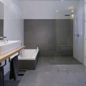 Prysznic bez brodzika. Projekt: Michał Mikołajczak. Fot. Monika Filipiuk-Obałek