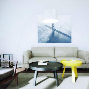 Jasne ściany i stonowane barwy mebli również optycznie powiększają wnętrze. Projekt: Daniel 2 G1, Fot.  Pracownia Projektowa Archipelag
