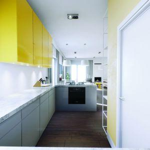 W długiej kuchni nie brakuje przestrzeni roboczej i miejsca do przechowywania. Obok niej jest zlokalizowana praktyczna spiżarnia. Projekt: Daniel 2 G1, Fot.  Pracownia Projektowa Archipelag