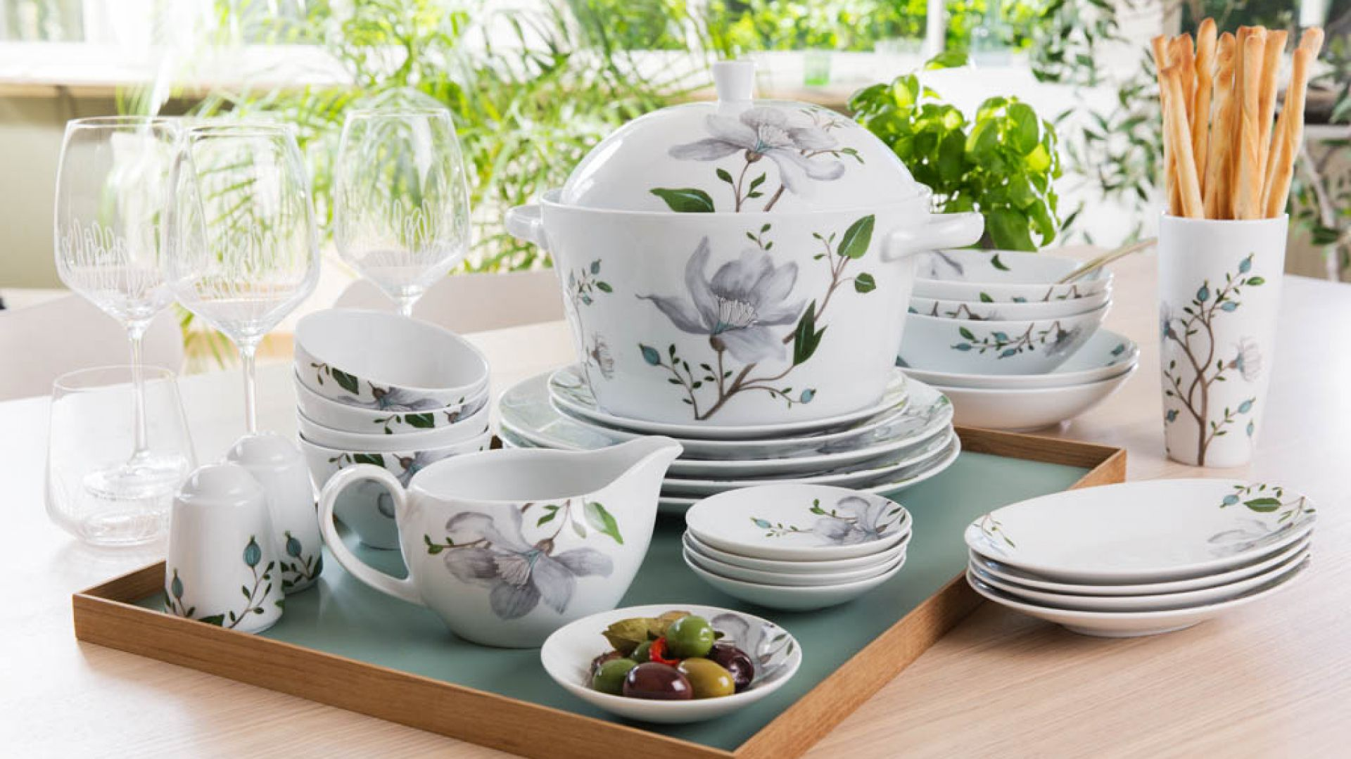 Piękna porcelana z motywem kwiatowym. Fot. FyrklӧvernPiękna porcelana z motywem kwiatowym. Fot. Fyrklӧvern