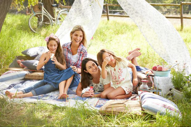 Czas na piknik w ogrodzie: niezbędne akcesoria