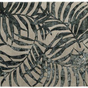 Szary dywan DAX z botanicznym wzorem dostępny w różnych rozmiarach. Fot. BoConcept