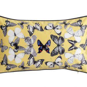 Urocze, kolorowe motyle na poduszkach MAI ożywią każdą aranżację. 89 zł. Fot. Westwing