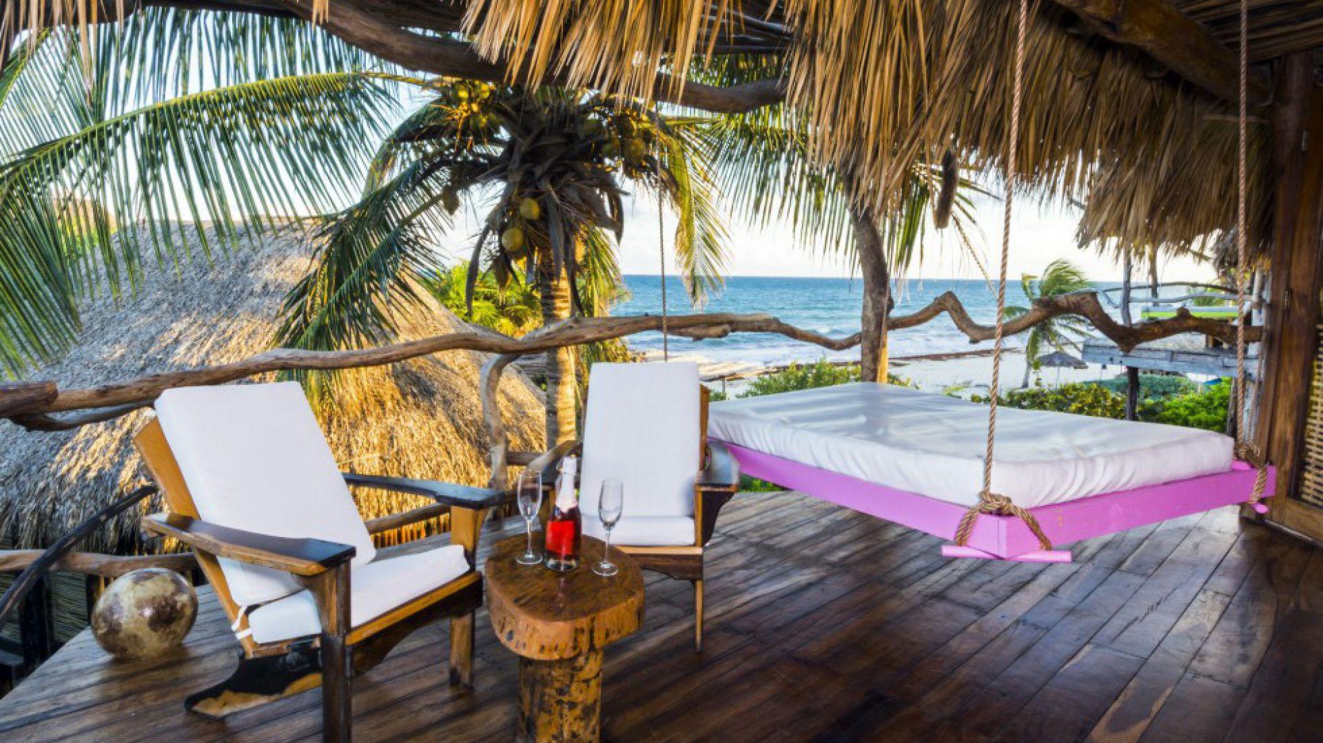 Huśtawka w gałęziach drzew, ponad morzem. Azulik - Adults Eco-Resort & Maya Spa, Tulum – Meksyk fot. źródło: hotels.com