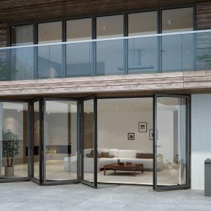 Duże przeszklenia: fasadowe okna i duże drzwi podnoszono-przesuwne. Fot. Aluprof