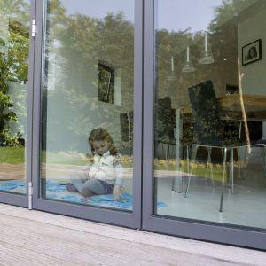 Duże przeszklenia: fasadowe okna i duże drzwi podnoszono-przesuwne. NSG Group