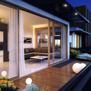 Duże przeszklenia: fasadowe okna i duże drzwi podnoszono-przesuwne. Fot. Pol-Skone