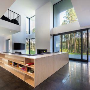 Duże przeszklenia: fasadowe okna i duże drzwi podnoszono-przesuwne. Fot. Sokółka Okna i Drzwi