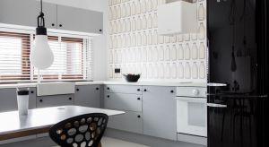 Biel i czerń – dwa odległe bieguny, dwa skrajne przeciwieństwa. We wnętrzu zaprojektowanym na zasadzie kontrastu, kuchnie urządzono w bieli. Zobaczcie piękną aranżację.