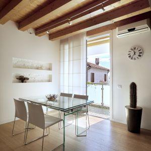 Typowym dla Modern Rustic wykończeniem ścian będą drewniane deski, odkryta cegła albo beton. Fot. Kaczkan