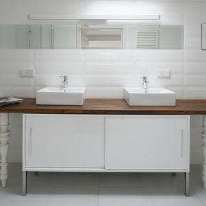 Biała łazienka. Projekt: Konrad Grodziński. Fot. Bartosz Jarosz
