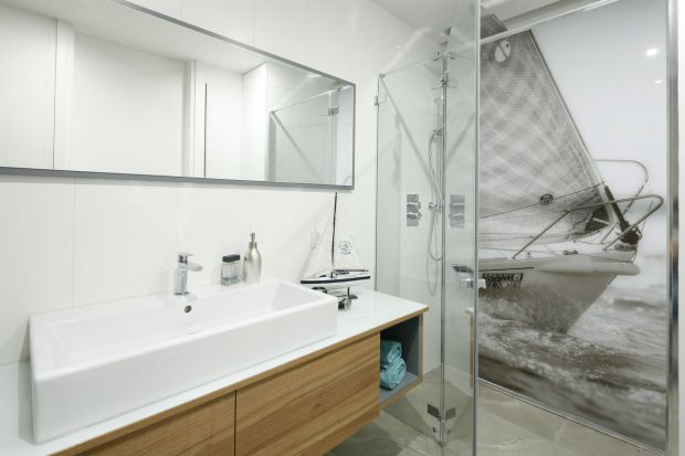 Biała łazienka: 12 projektów architektów
