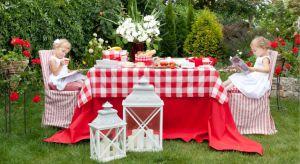 Organizacja idealnego, wiosennego przyjęcia to wyzwanie dla gospodarza. Jakie menu wybrać? Czy zaplanować kolację w domu, czy lepiej w ogrodzie? Jak udekorować stół i poprawnie ułożyć wszystkie dodatki? Na jaką kolorystykę i tkaniny się zdecy
