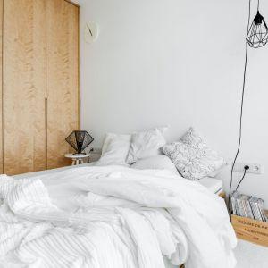 Sypialnia to oaza spokoju. Tutaj również dominuje biel i drewno. Fot. Stanisław Zajączkowski / Zajaczkowski Photography