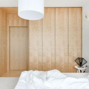 W sypialni nie zabrakło miejsca na pojemną szafę - również wykończona sklejką. Fot. Stanisław Zajączkowski / Zajaczkowski Photography