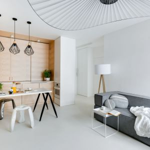 Na powierzchni 80 metrów kwadratowych dwupoziomowego mieszkania zadbano o odpowiednią ilość pomieszczeń użytkowych i wydzielenie przestrzeni dla rodziny. Fot. Stanisław Zajączkowski / Zajaczkowski Photography