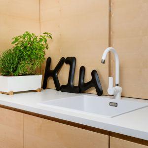 Strefa zmywania jest niezwykle praktyczna i nowoczesna. Biały blat i biała bateria kuchenna nadają kuchni interesującego charakteru. Fot. Stanisław Zajączkowski / Zajaczkowski Photography