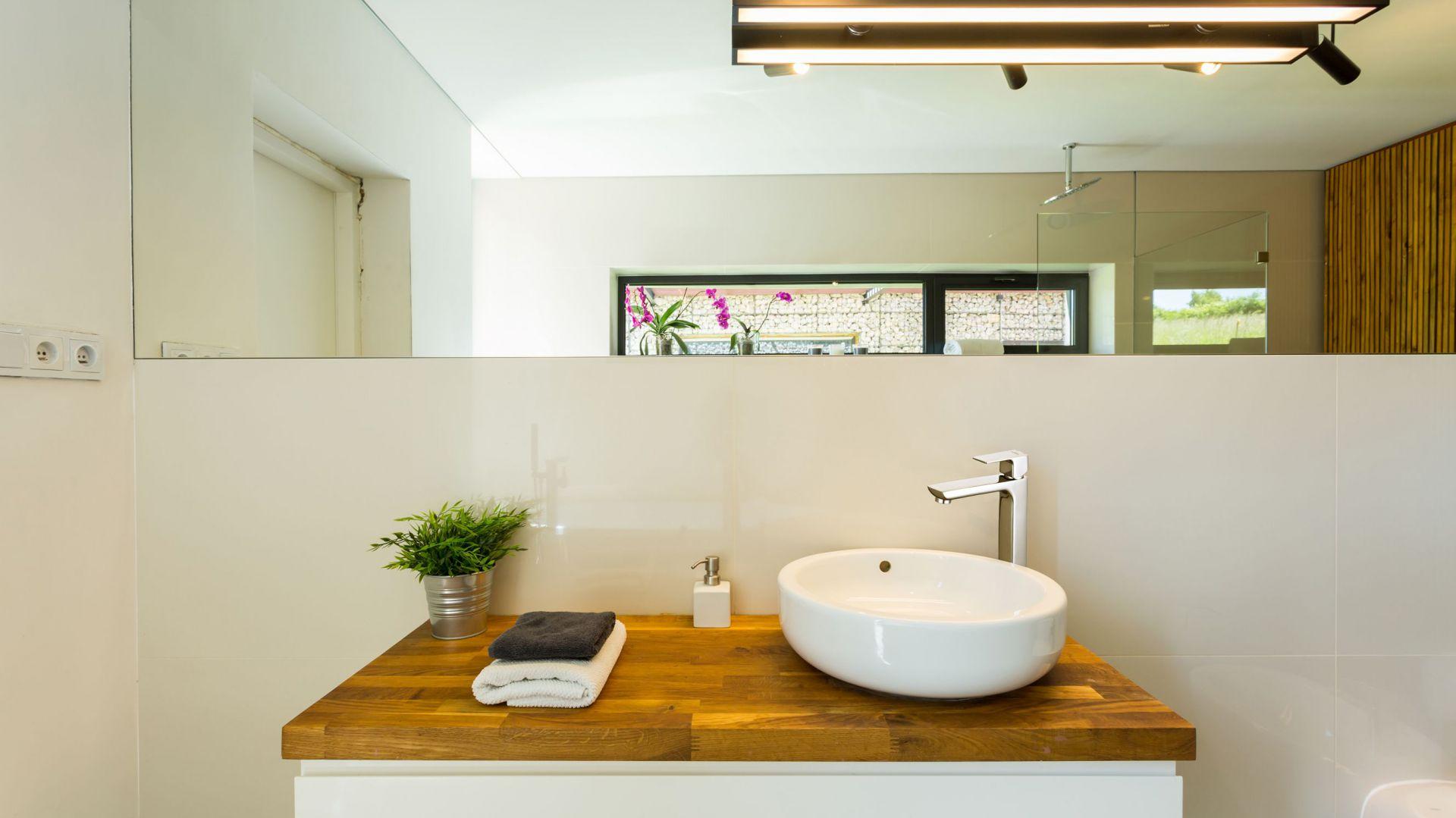 Aranżacja łazienki: stawiamy na minimalizm. Bateria umywalkowa Nyks wysoka. Fot. Invena.