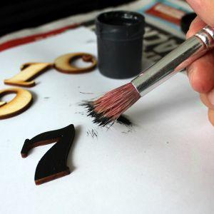Krok 2: Pomaluj cyfry i zakrętkę od słoika na wybrany kolor. Fot. Bosch