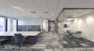 Zaprojektowane przez Royal Arts biuro mieszczące się w Hali Koszyki to zręczne połączenie ergonomii, nowoczesności i dobrego gustu. Odnajdziemy w nim projekty słynnego designera Toma Dixona w postaci niecodziennych wykładzin Ege od Carpet Studio o